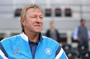 Nicht wegen Tennis in Prag. Horst Hrubesch nimmt als U21-Trainer an der Gruppenauslosung für die EM 2015 teil.
