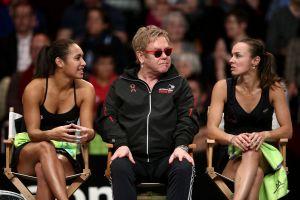 Musik-Legende Sir Elton John eingerahmt von Heather Watson (l.) und Martina Hingis