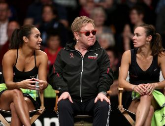 Uppps – Elton Johns Sturz vom Tennisstuhl im Video