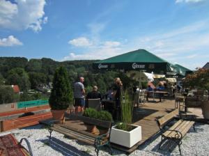 VIEL BETRIEB: Die Terrasse ist ein beliebter Treffpunkt vor und nach den Einheiten auf dem Platz.