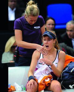 Autsch! Alizé Cornet musste 2012 in Stuttgart im Achtelfinale aufgeben, hat seitdem immer wieder Probleme mit der Schlagschulter.