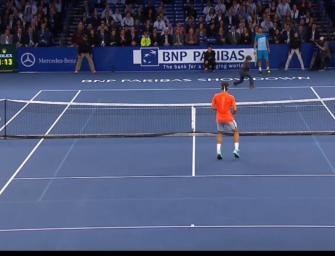 VIDEO: Nachwuchsspieler trickst Federer aus