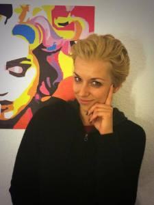 ...NACHHER: Der Zopf ist ab, die Blondine trägt nun kurze Haare.