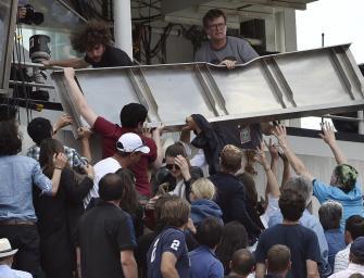 Schockmoment in Paris: Verkleidung stürzt in die Zuschauer