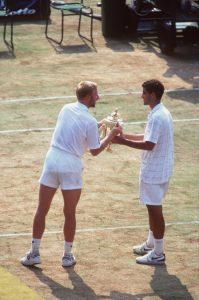 """GIB HER! Boris Becker """"klaut"""" Pete Sampras nach dem Finale 1995 die Trophäe. (Foto: Getty Images"""