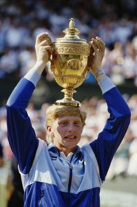 7. Juli 1985: Der 17-jährige Boris Becker mit dem Wimbledonpokal. (c) getty images