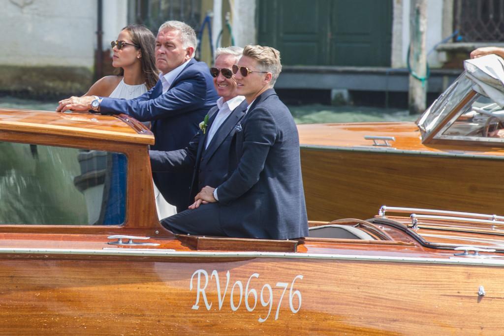 Bootsfahrt mit den Vätern: Ana Ivanovic mit Vater Miroslav Ivanovic und Bastian Schweinsteiger Alfred. (Getty Images)