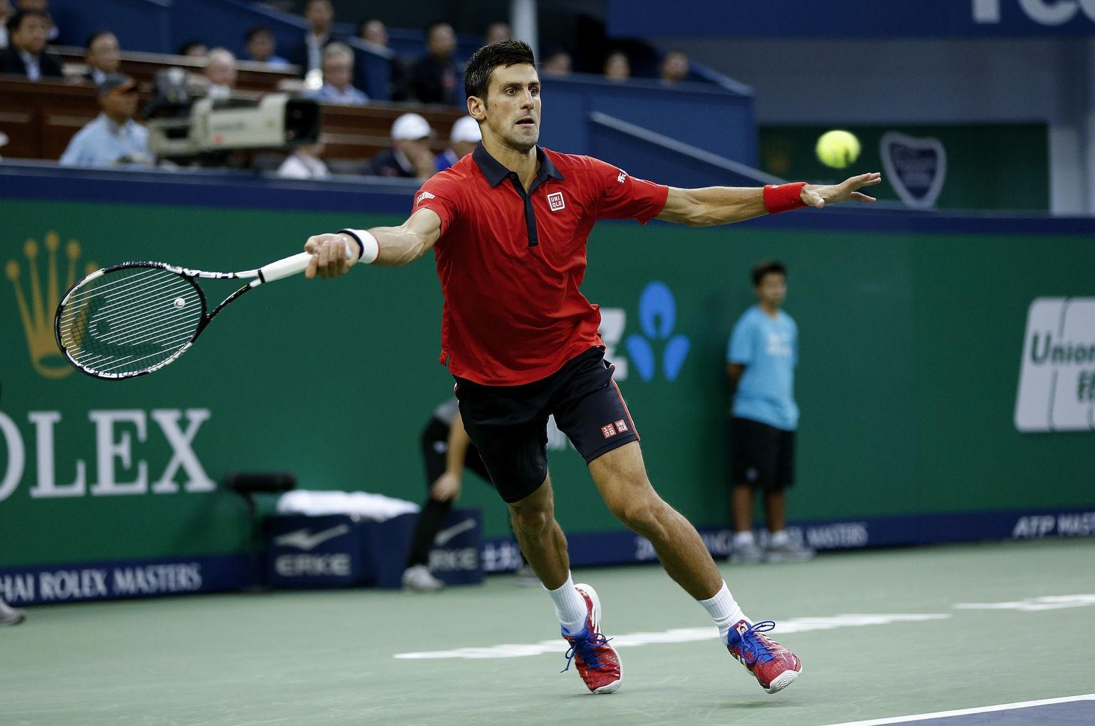 SHANGHAI, CHINA - 18. Oktober:  Novak Djokovic returniert einen Schlag von Jo-Wilfried Tsonga während des Single Finales von Shanghai Rolex Masters.
