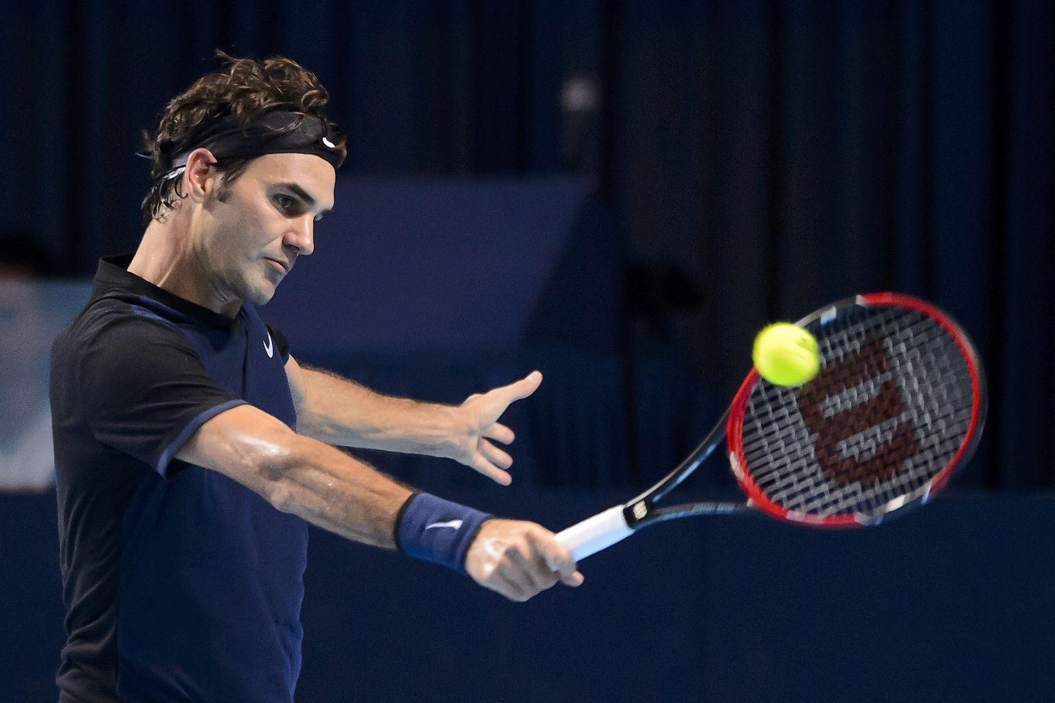 Basel, 3. November, Der Schweizer returniert einen Schlag des Spaniers Nadal.