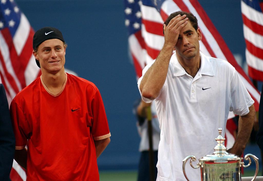 Lleyton Hewit mit dem unterlegen Pete Sampras nach dem US Open-Finale 2001