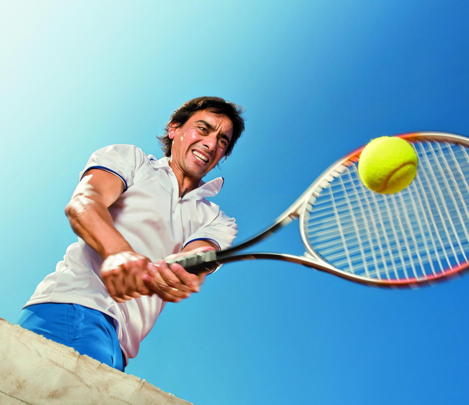 Schutz durch zwei Hände: Wer seine Rückhand beidhändig schlägt, senkt das Risiko, einen Tennisarm zu bekommen.