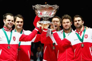 """Roger Federer (2.v.l.) und sein Schweizer Team mit der """"hässlichsten Salatschüssel der Welt""""."""