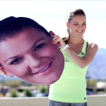 Agnieszka Radwanska hält einen übergroßen Kopf von sich selbst.
