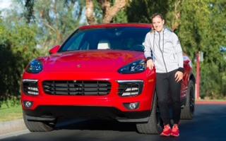 Angelique Kerber vor der Spritztour mit einem Cayenne ihres Sponsors Porsche