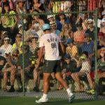 Viele Zuschauer hat Rafael Nadal beim Trainieren.