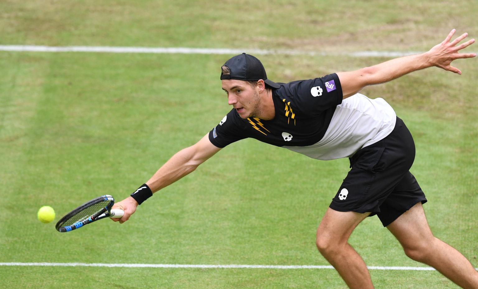 """Jan-Lennard Struff verlor erwartungsgemäß gegen """"Maestro"""" Roger Federer in der ersten Runde der Gerry Weber Open 2016."""