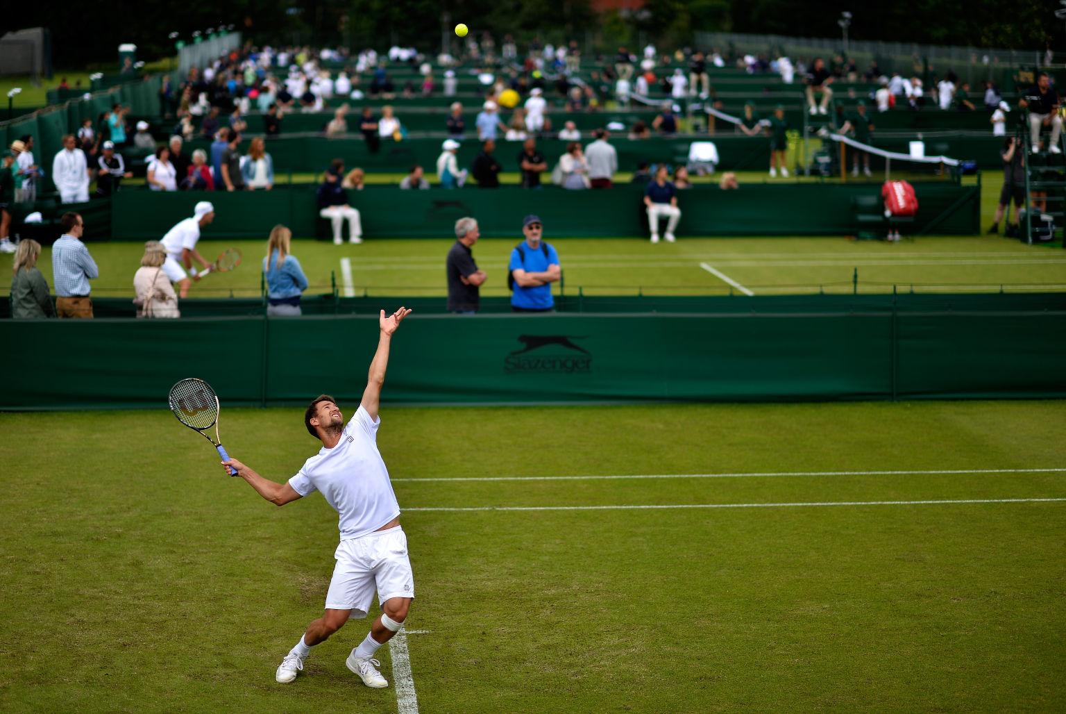 """Wimbledon-Qualifikation in Roehampton. Gleichzeitig laufen die """"Luxus-Events"""" im Stoke Park und in Hurlingham. In kaum einer Woche wird die Zweiklassengesellschaft im Tennissport so deutlich wie in der Woche vor Wimbledon."""