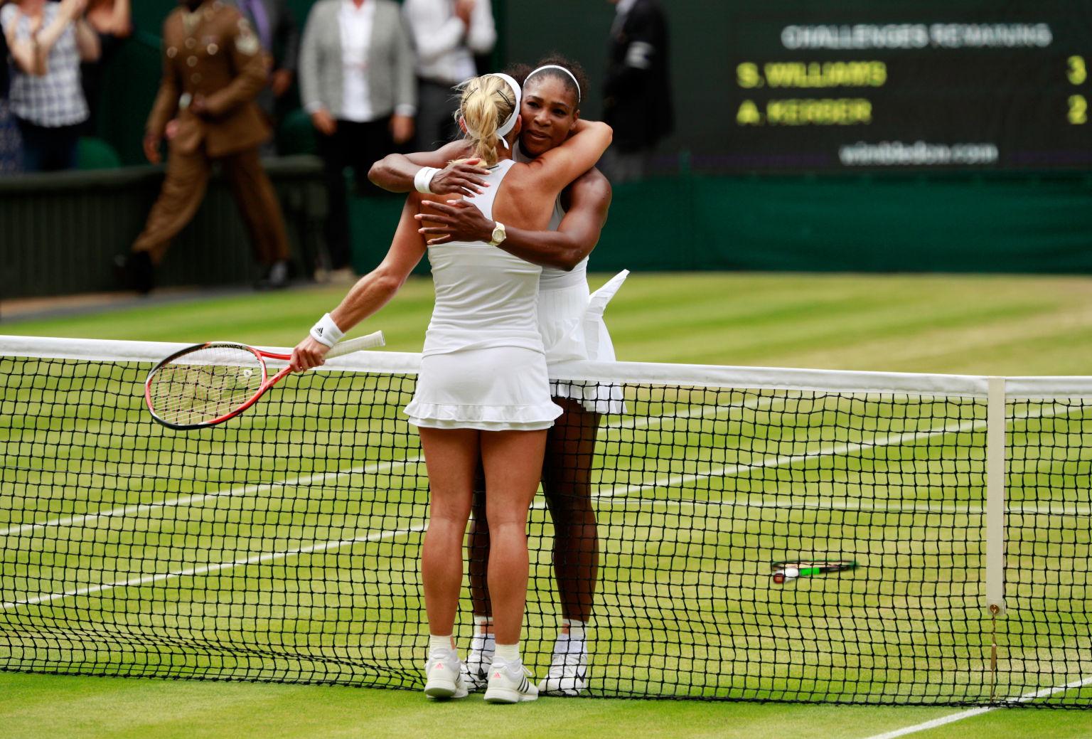 Nach 1:21 Stunden Spielzeit gratuliert Kerber Siegerin Williams zum Titelgewinn