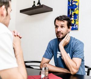 Philipp Petzschner (re.), hier im Gespräch mit tm-Redakteur Florian Vonholdt, schuftet an der Schüttler-Waske-Akademie für sein Comeback. Foto: Frank Molter