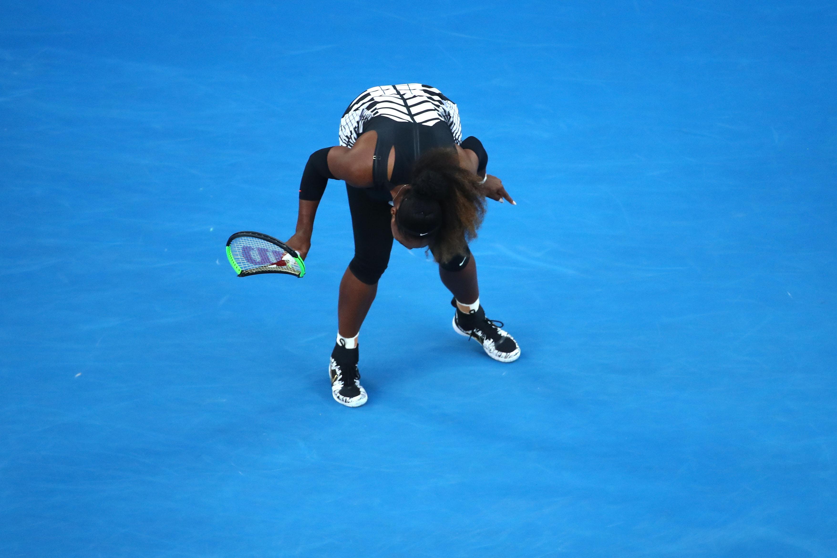 Gefrustet: Serena Williams zertrümmert ihr Racket bereits in der Anfangsphase des Matches.
