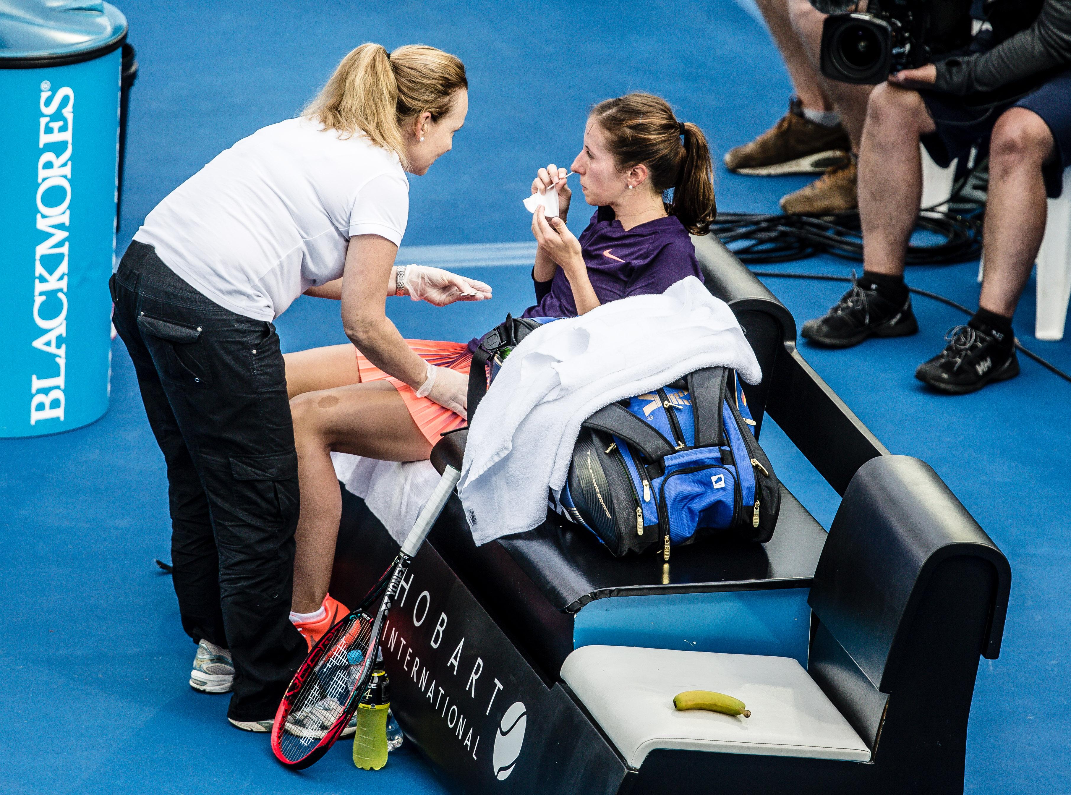Annika Beck aus Bonn musste gleich zu Beginn des ersten Satzes eine Auszeit wegen Nasenbluten nehmen. WTA-Turnier in Hobart auf Tasmanien - 2017 / Tennis / Damen / Australien / Tasmanien / Hardcourt / SPO / WTA / Worldtour
