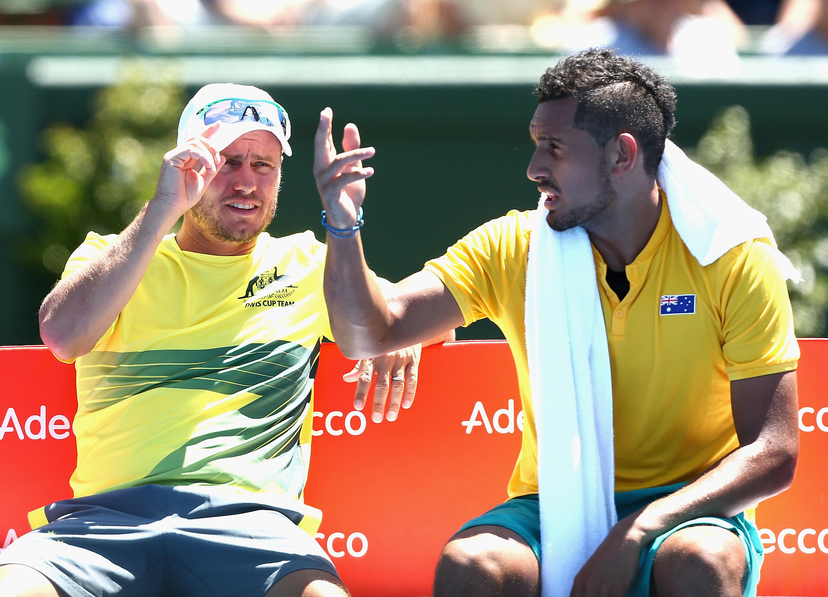 Teamchef Lleyton Hewitt (l.) unterhält sich mit seinem Topspieler Nick Kyrgios.