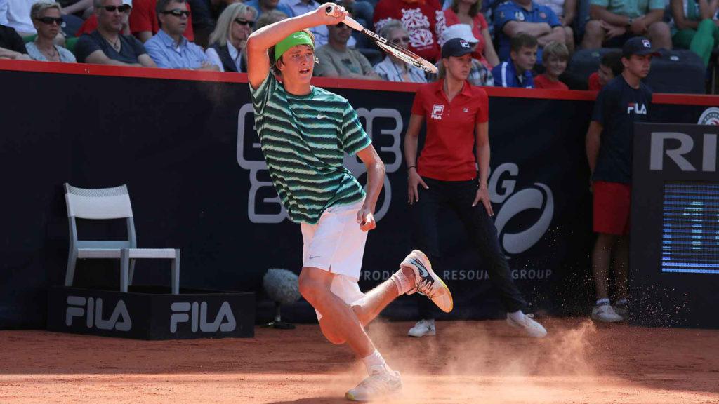 Alexander Zverev reaches his first ATP World Tour quarter-final by defeating Santiago Giraldo in Hamburg.