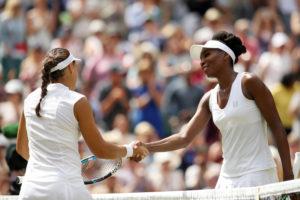 Venus Williams (re.) setzte sich ohne Probleme gegen de Rumänin Ana Konjuh durch.