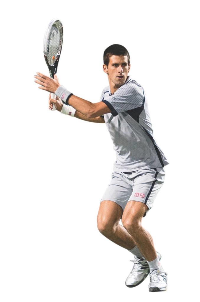 Novak Djokovic verrenkt seien Oberkörper