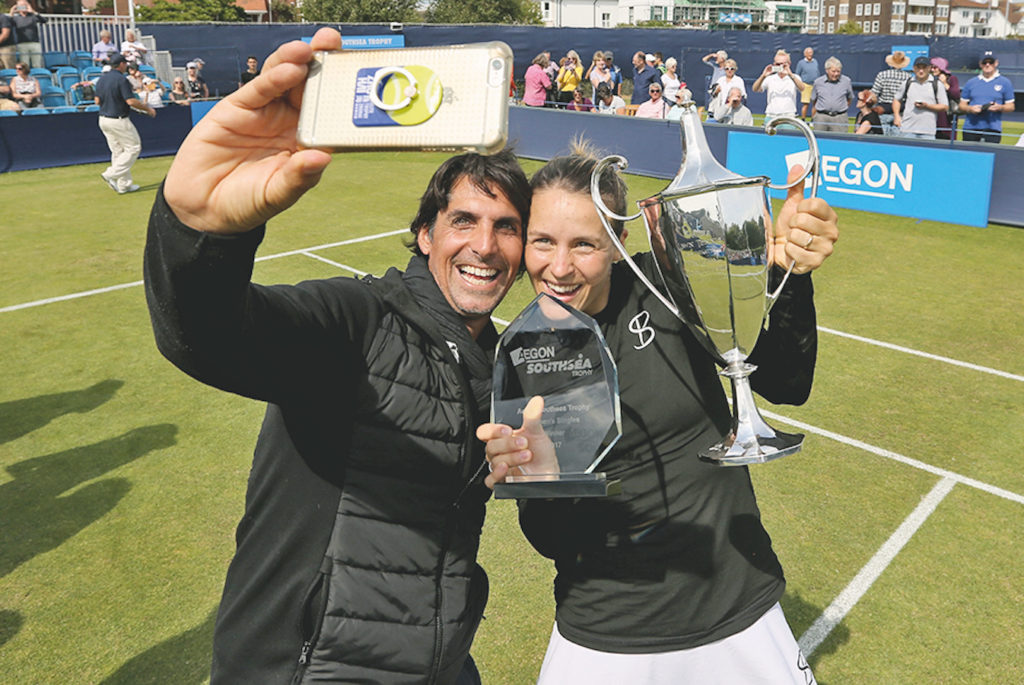 Tatjana Maria mit ihrem Ehemann nach dem Erfolg beim ITF-Turnier im britischen Southsea Anfang Juli 2017